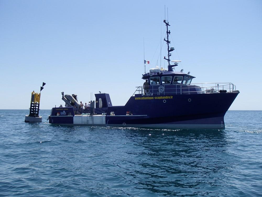 Photo du bateau de l'entreprise Atlantique-Scaphandre prise lors de la sortie en mer avec la société Éoliennes en Mer Îles d'Yeu et de Noirmoutier aux Sables d'Olonne