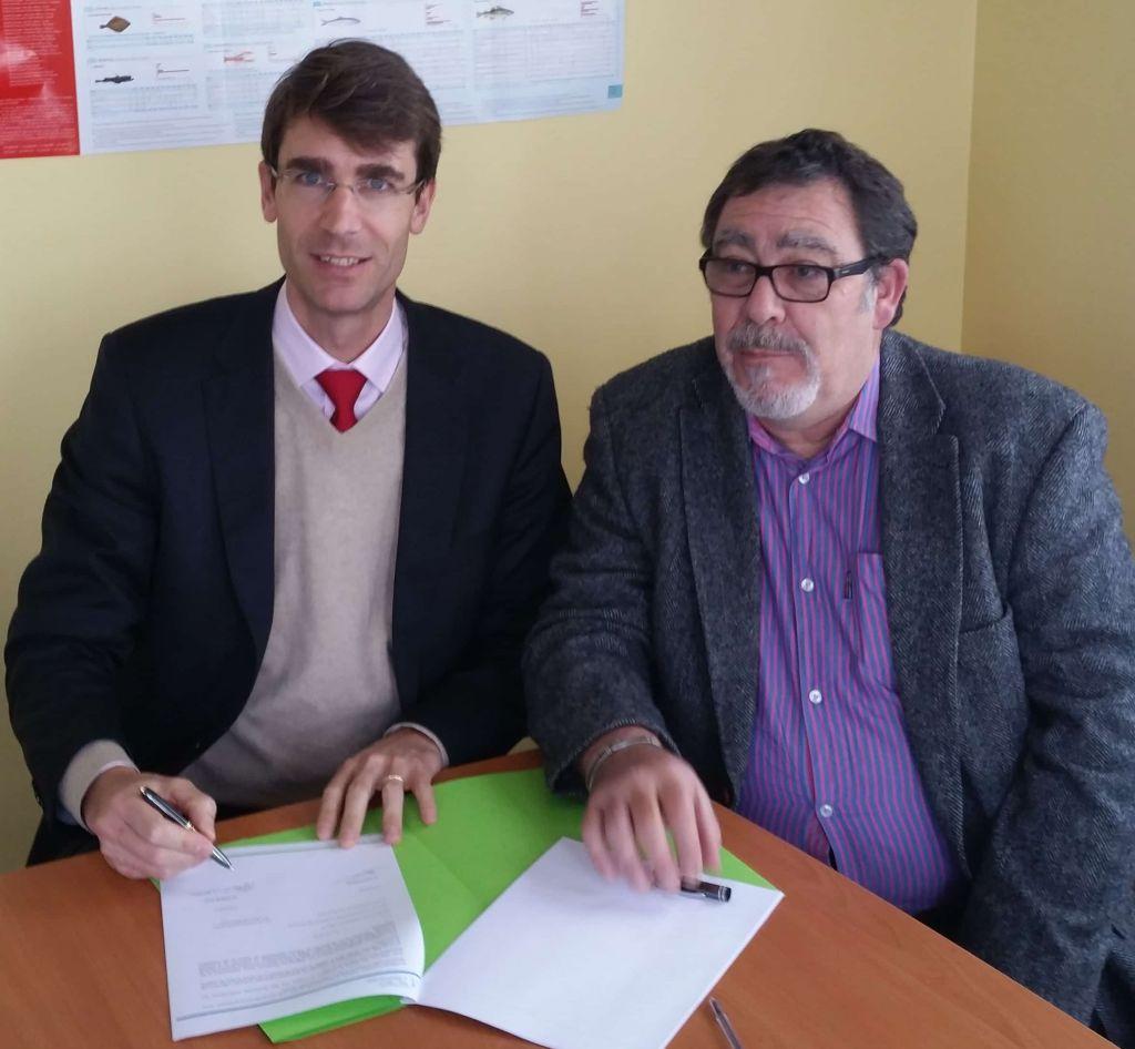 Photo de Raphaël Tilot et José Jouneau prise lors de la signature de la convention de partenariat entre le Comité Régional des Pêches Maritimes et des Élevages Marins (COREPEM) des Pays de la Loire et la société Éoliennes en Mer Iles d'Yeu et de Noirmoutier en Janvier 2016