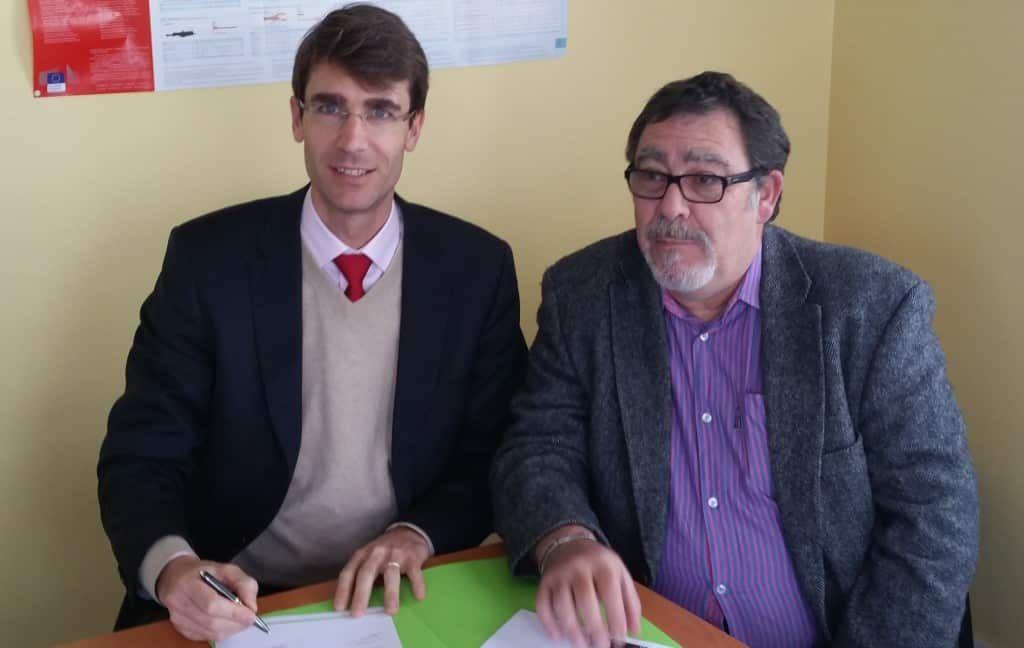Photo de Raphaël Tilot, Directeur de Éoliennes en mer Iles d'Yeu et de Noirmoutier, et José Jouneau, Président du COREPEM, signant la convention de partenariat le 14 janvier 2016