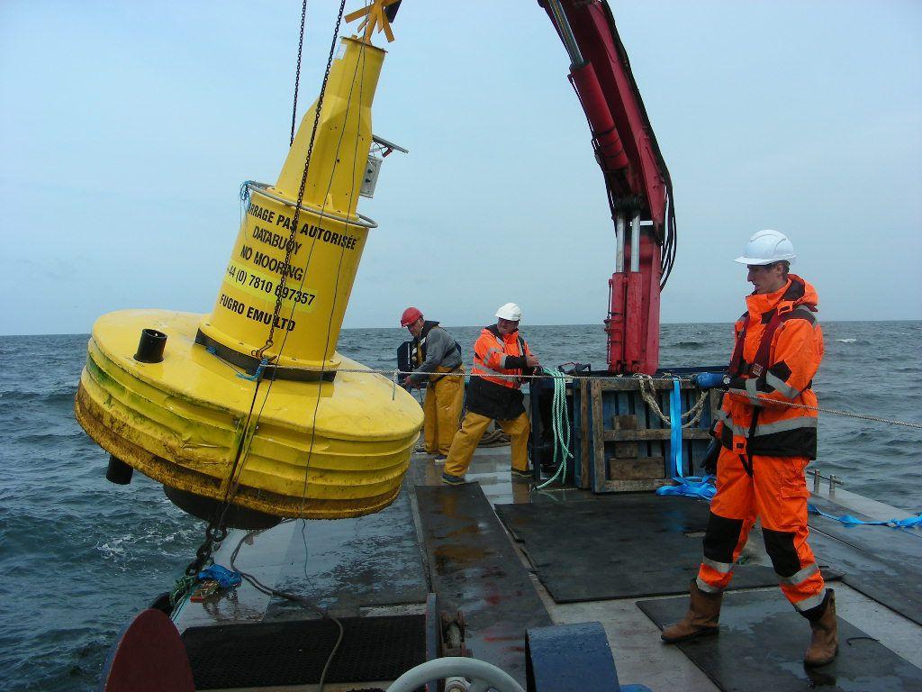 Photo prise lors de la pose en mer du LiDAR flottant par la société « Lamanage Huchet Desmars » (LHD)