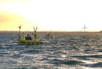 Photo présentant un LiDAR flottant qui permet de mesurer très précisément la direction et l'intensité du vent dans la zone du parc éolien en mer, grâce à un laser à effet dopler.